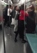 两拨乘客抢座互殴 因不让座十多个人互殴引发争