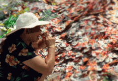 武汉市民争捡过期食品